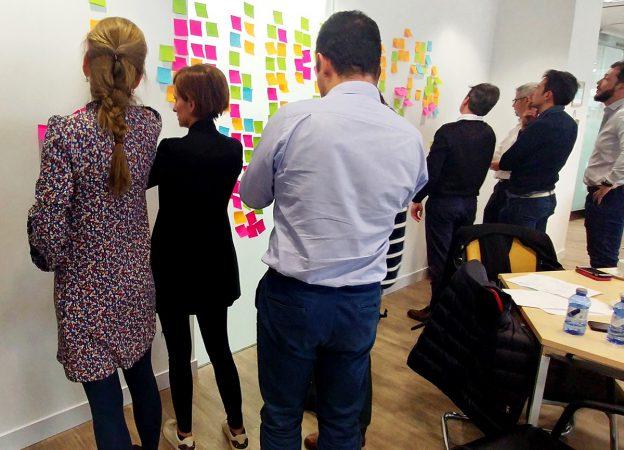 Mobiliario para espacios colaborativos y de innovación, Forthink crea entornos adaptables que se alinean con las necesidades de los equipos de trabajo para procesos creativos.